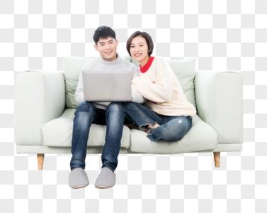 一起坐在沙发上看电脑的情侣图片