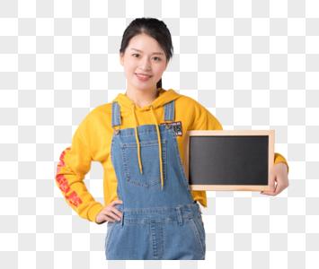 青春活力拿着小黑板展示的女生图片