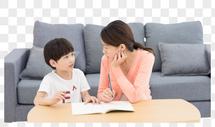 妈妈陪伴儿子写作业图片