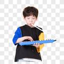 儿童小男孩手持玩具口风琴玩耍图片