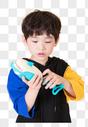 小男孩儿童手拿玩具水枪玩耍图片