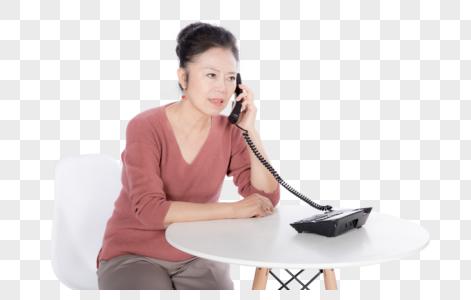 老年女性接电话哭泣图片