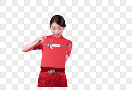 新春美女在开礼盒图片