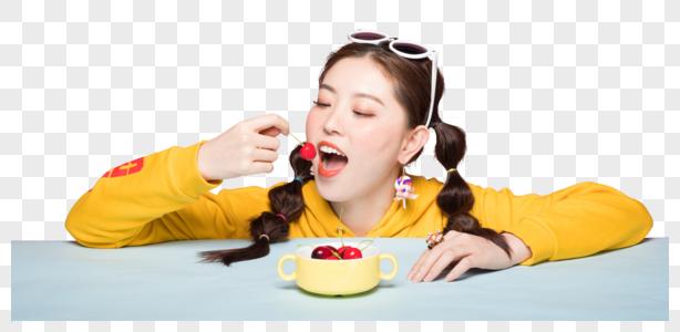 年轻双马尾女性吃樱桃图片