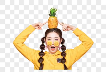年轻双马尾女性头顶菠萝图片