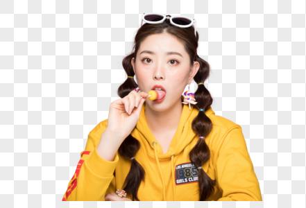 年轻双马尾女性吃棒棒糖图片