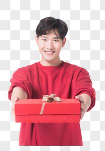 男性手拿礼物图片