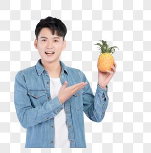 手持菠萝的青年男性图片