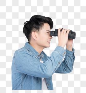 手持望远镜的青年男性图片