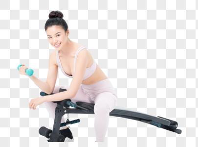坐在仰卧板上锻炼的运动女性图片
