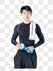 运动男性喝水擦汗休息图片