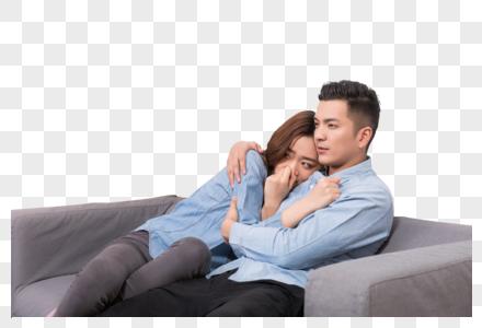 情侣在客厅看电视图片
