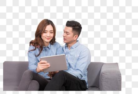 情侣在客厅看IPAD图片