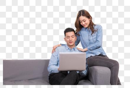 情侣在客厅看电脑图片
