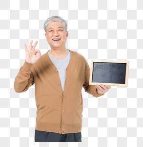 老年男性拿小黑板图片