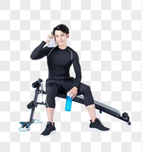 运动男性仰卧板休息喝水擦汗图片
