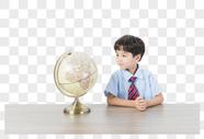 儿童看地球仪图片