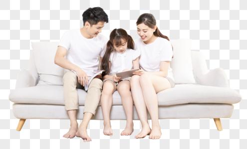 幸福家庭坐在沙发上图片
