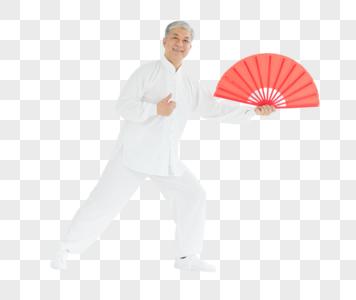 老年男性太极扇锻炼形象图片