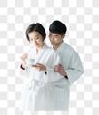 年轻夫妇穿浴袍图片