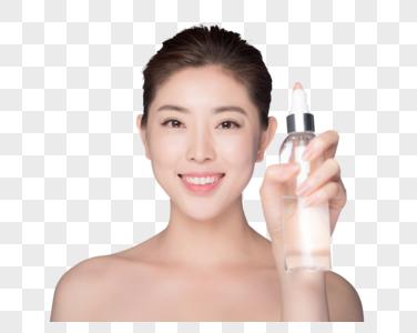 年轻女性护肤喷爽肤水图片