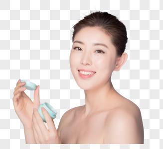 年轻女性涂乳液护肤图片