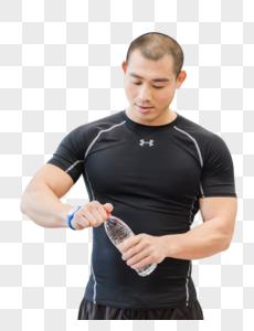 健身房健美男人休息拧矿泉水图片