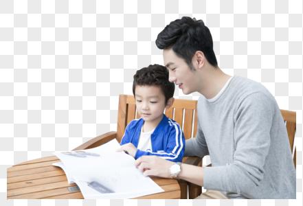 一起看书的父子图片
