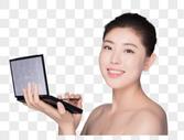 年轻女性化妆涂眼影图片