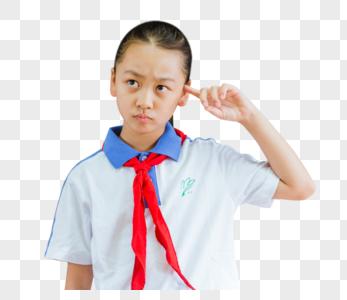 小学教室黑板前女生在思考图片