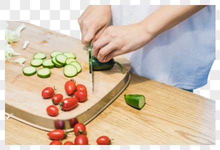 美好生活厨房女人在切菜图片