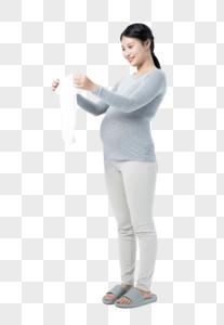 孕妇拿着婴儿衣物图片