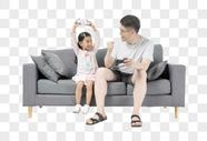 沙发上的亲子图片