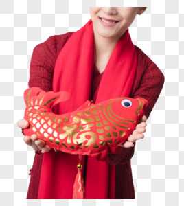 新春汉服美女递福鱼特写图片