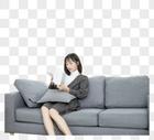 居家少女坐在沙发上看书图片