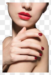 女性美妆与红色美甲特写图片