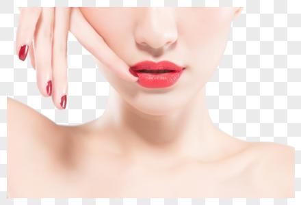 女性嘴部和红色美甲特写图片