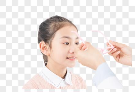 医生给女生佩戴眼镜图片