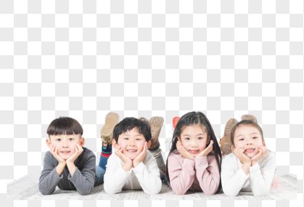 快乐儿童们趴在地毯上图片