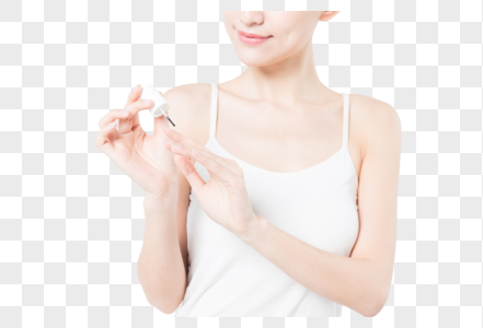 女性美甲涂指甲保护油特写图片
