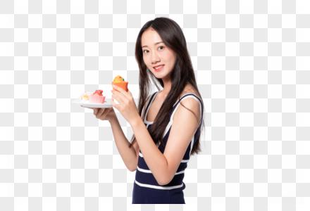 美女手拿蛋糕图片