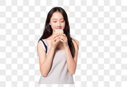 美女在吃蛋糕图片