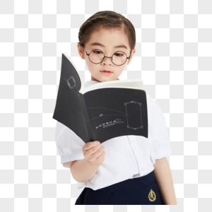 小学生拿着书图片