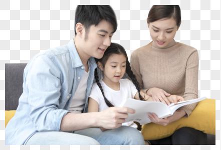 一起看书的一家人图片