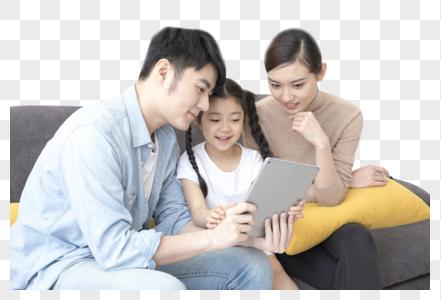 一家人一起看平板电脑图片