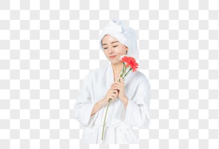 浴袍美女手拿鲜花图片