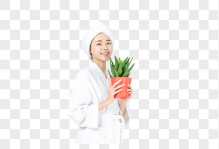 浴袍美女手拿绿色盆栽图片