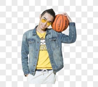 拿着篮球的青年男性图片