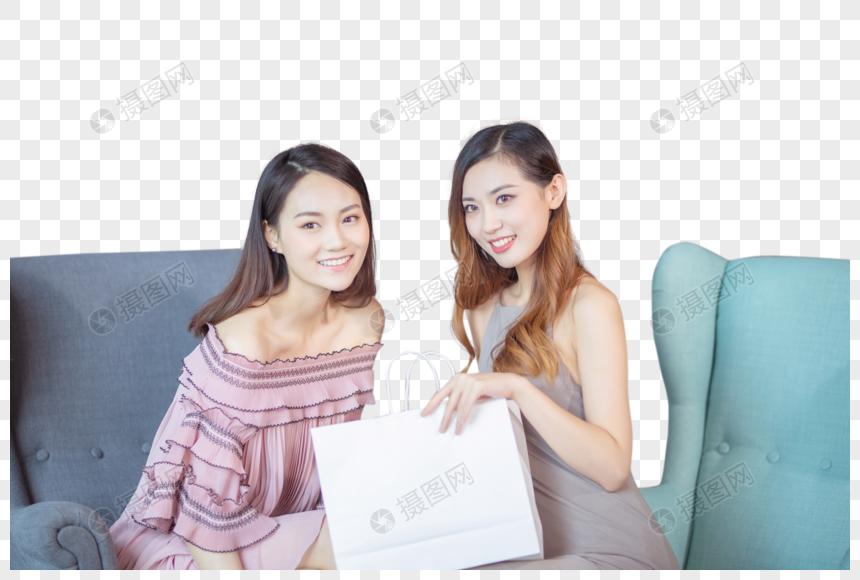购物中的年轻女性图片