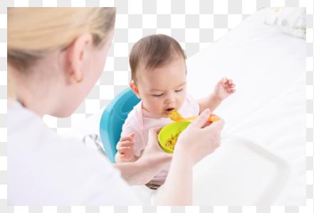 妈妈喂宝宝吃饭图片